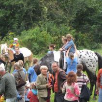 děti na zámecké zahradě na koních Lucky Drásov jpg